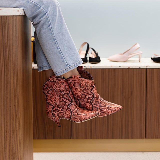 botki naobcasie, stylowe buty, wężowy wzór, buty zwierzęcy print