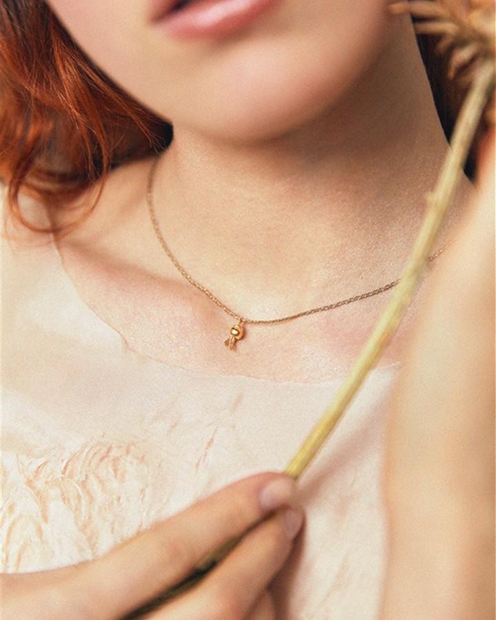 delikatny naszyjnik złoty minimalistyczny wisiorek