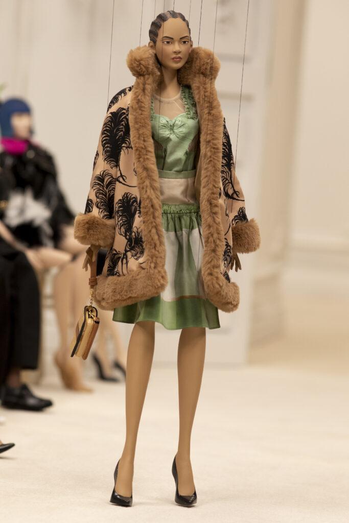 piękny płaszcz futro pokaz mody lalek marionetki