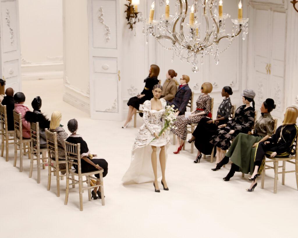 pokaz mody marionetki moschino piękna sukienka