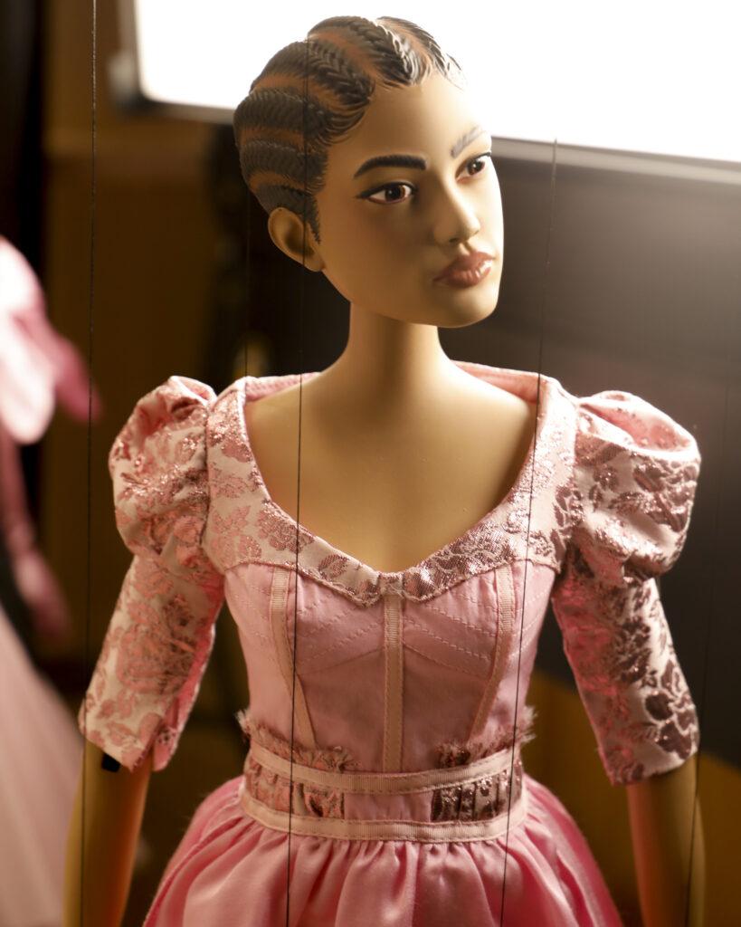pokaz mody piękna sukienka moschino różowa sukienka zbufkami