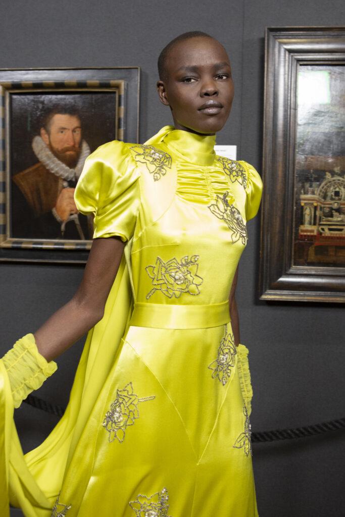 Źółta sukienka, satynowa sukienka, inspiracja, pokaz mody, satynowa sukienka, kolor roku 2021