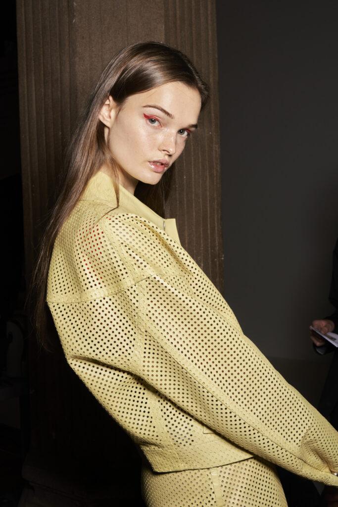 żółta kurtka, ażurowa kurtka, modna 2021, kolor roku Pantone 2021