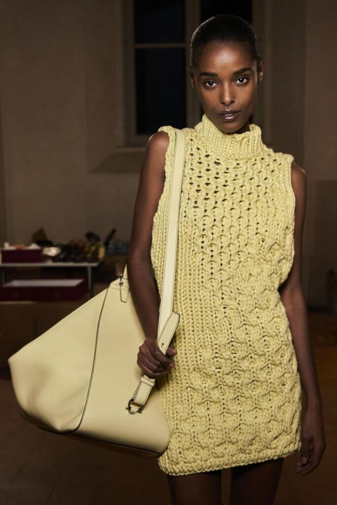Żółta torebka, piękna torebka, kolor roku, pantone, 2021, najmodniejszy kolor, żółta sukienka, pokaz mody