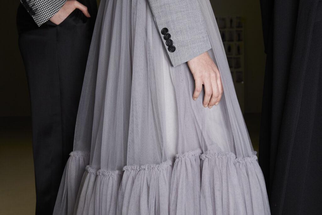szara sukienka, sukienka zfalbanami, pokaz mody,  kolor roku