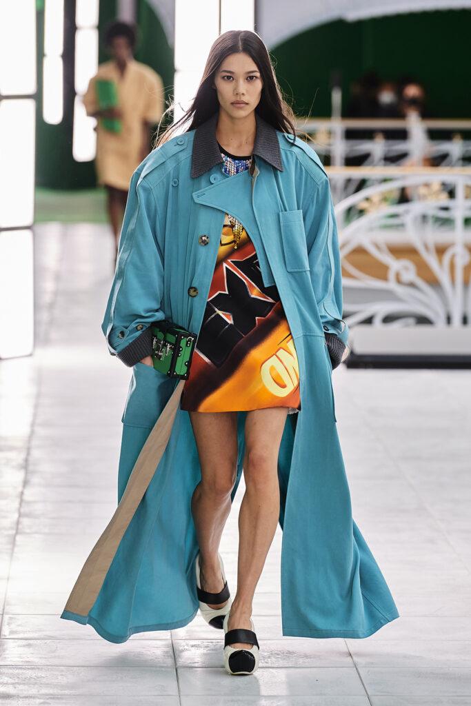 Louis Vuitton, pokaz mody, kolekcja, najnowsza kolekcja, neutralność płciowa, unisex, oversize, outfit, modne ubrania, co nosić wiosną, moda nawiosnę 2021, torebka, długi płaszcz, turkusowy płaszcz, niebieski płaszcz