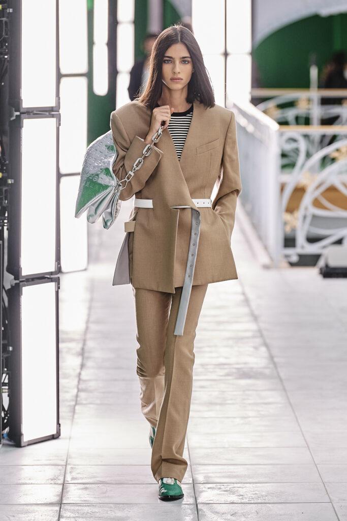 Louis Vuitton, pokaz mody, kolekcja, najnowsza kolekcja, neutralność płciowa, unisex, oversize, outfit, modne ubrania, co nosić wiosną, moda nawiosnę 2021, torebka, beżowa marynarka, damski garnitur, srebrna torebka, zielone buty