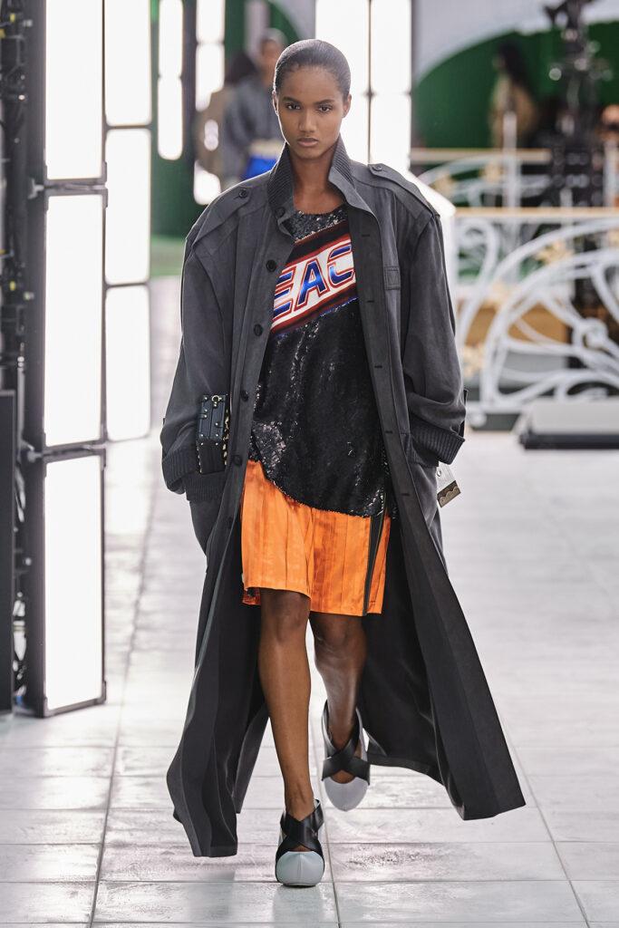 Louis Vuitton, pokaz mody, kolekcja, najnowsza kolekcja, neutralność płciowa, unisex, oversize, outfit, modne ubrania, co nosić wiosną, moda nawiosnę 2021, torebka, pomarańczowe spodnie, długi płaszcz