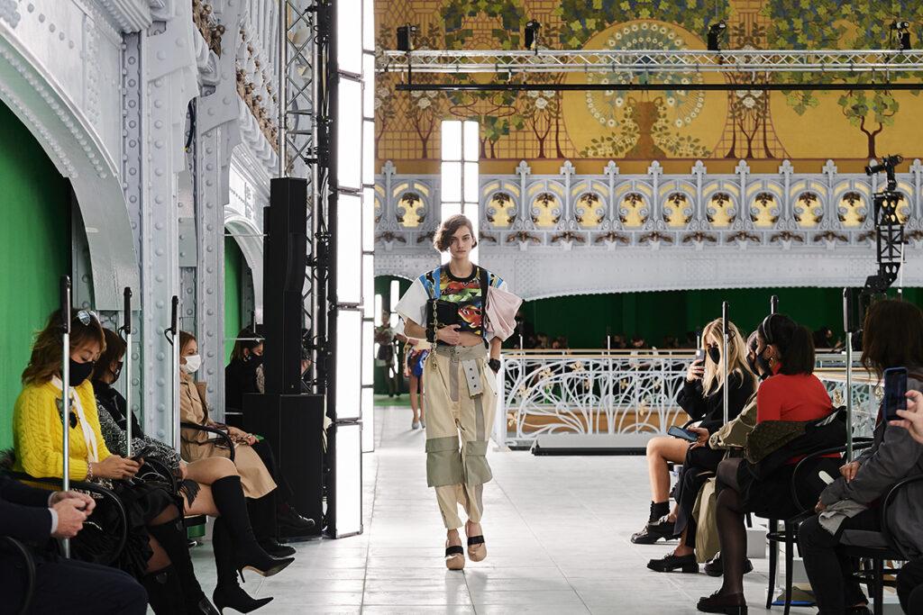 Louis Vuitton, pokaz mody, kolekcja, najnowsza kolekcja, neutralność płciowa, unisex, oversize, outfit, modne ubrania, co nosić wiosną, moda nawiosnę 2021, torebka, , szelki, spodnie cargo, spodnie zkieszeniami, 90s , 80s