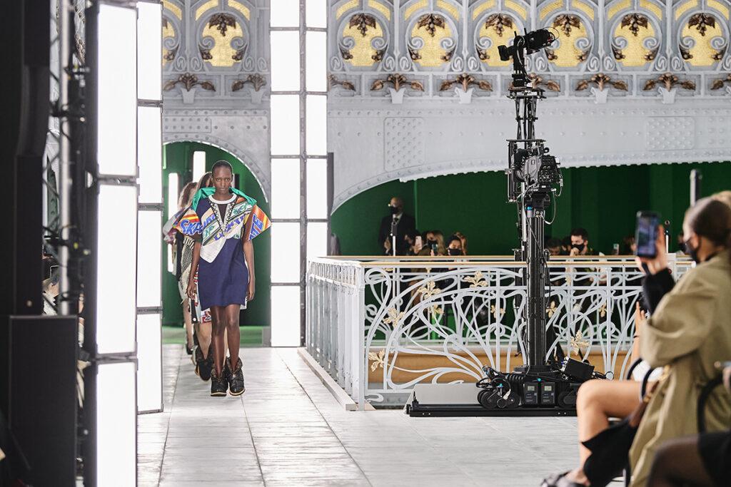 Louis Vuitton, pokaz mody, kolekcja, najnowsza kolekcja, neutralność płciowa, unisex, oversize, outfit, modne ubrania, co nosić wiosną, moda nawiosnę 2021, torebka,