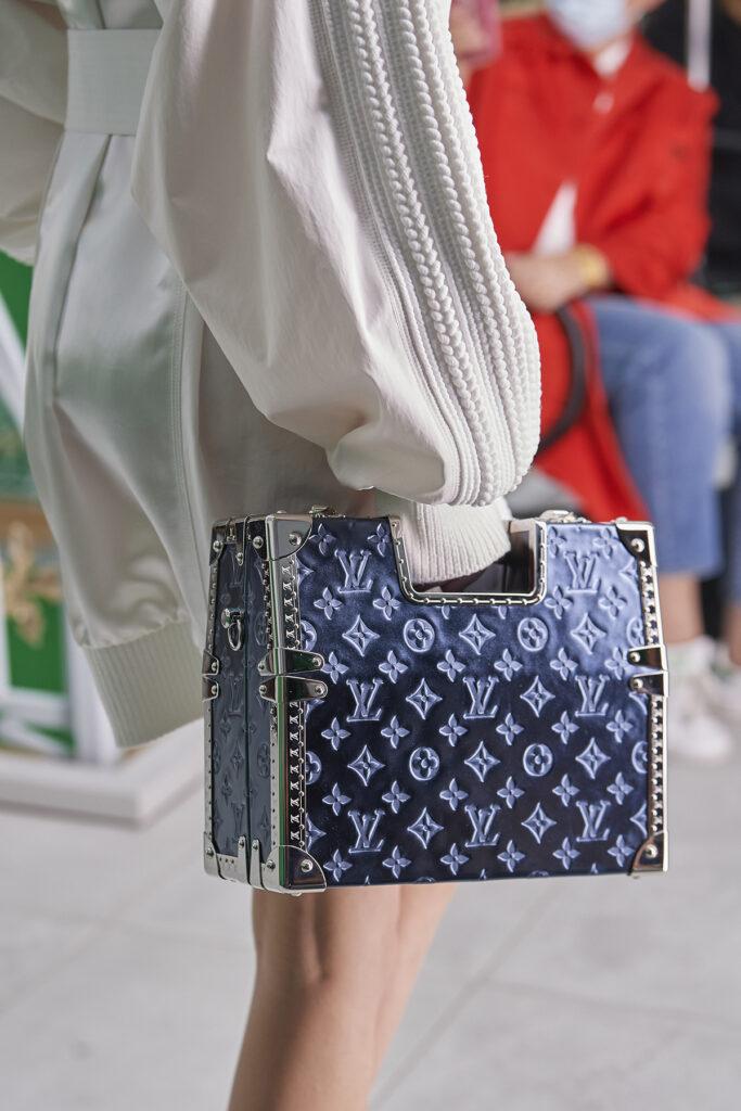 Louis Vuitton, pokaz mody, kolekcja, najnowsza kolekcja, neutralność płciowa, unisex, oversize, outfit, modne ubrania, co nosić wiosną, moda nawiosnę 2021, torebka, biała koszula, kuferek