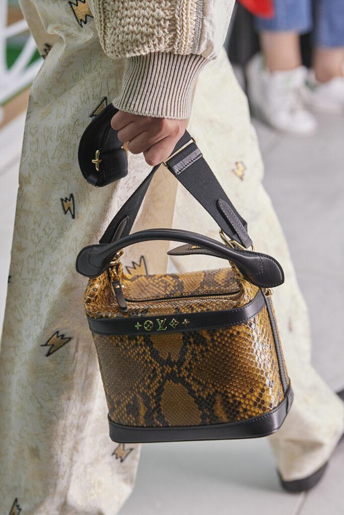 Louis Vuitton, pokaz mody, kolekcja, najnowsza kolekcja, neutralność płciowa, unisex, oversize, outfit, modne ubrania, co nosić wiosną, moda nawiosnę 2021, torebka, wężowy wzór, animal print,