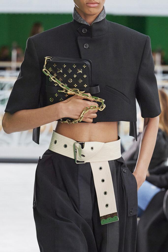 Louis Vuitton, pokaz mody, kolekcja, najnowsza kolekcja, neutralność płciowa, unisex, oversize, outfit, modne ubrania, co nosić wiosną, moda nawiosnę 2021, torebka, szeroki pasek, krótki żakiet, stójka
