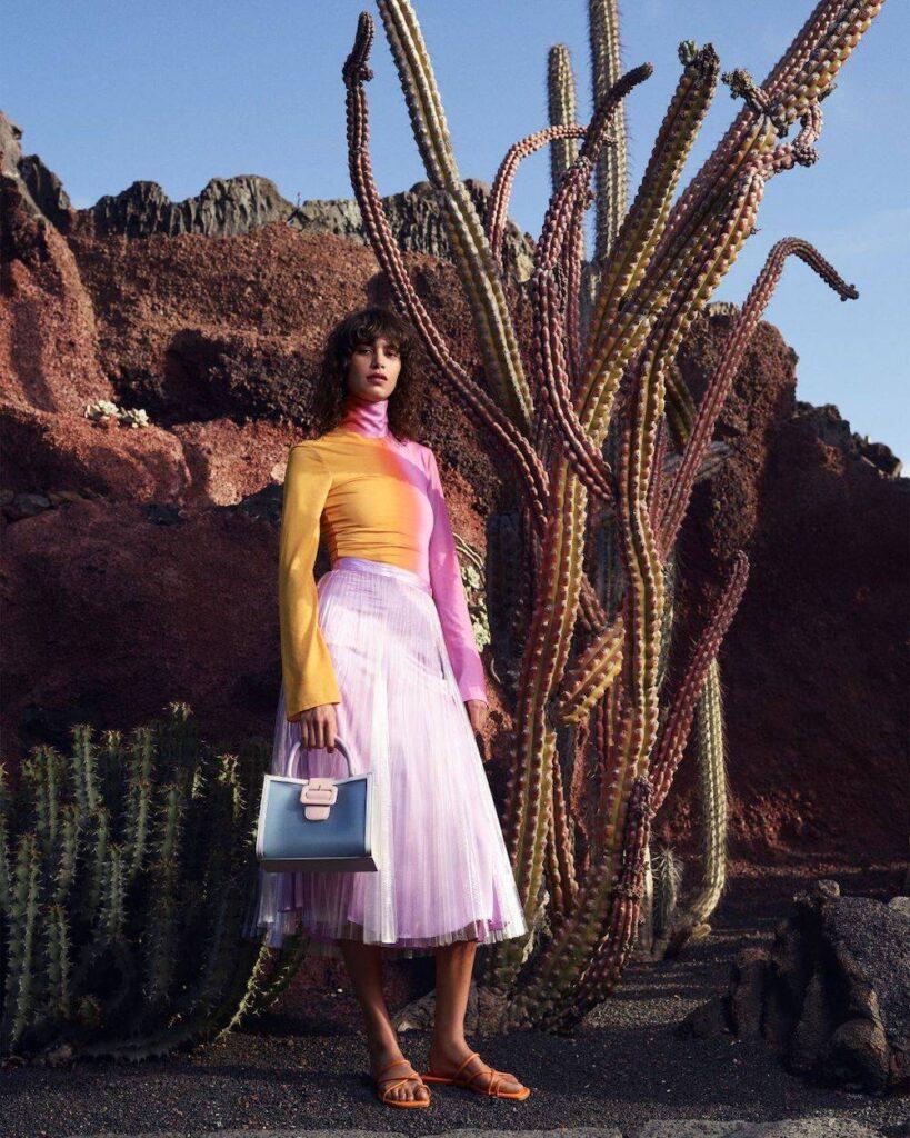 CCC, letnie buty, buty nalato, sandały, piękna torebka, klapki, moda nalato 2021, co będzie modne, różowa spódnica, pomarańczowy golf
