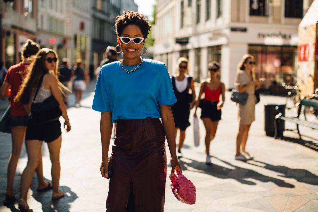 moda, outfit nalato, stylizacje nalato, lato2021 najmodniejsze stylizacje, liliowa bluzka, kolorowy tshirt, 90s, koszulka, skórzane szorty, skórzana sukienka, moda wDanii, moda wKopenhadze, czarna spódnica, beżowa spódnica,  modna torebka, marynarka, skórzane szorty, koszula tie dye, tęczowa bluzka, złota torebka, kowbojki, różowa bluzka, błękitny tshirt, magazyn, Leditorial, portal, moda, portal omodzie