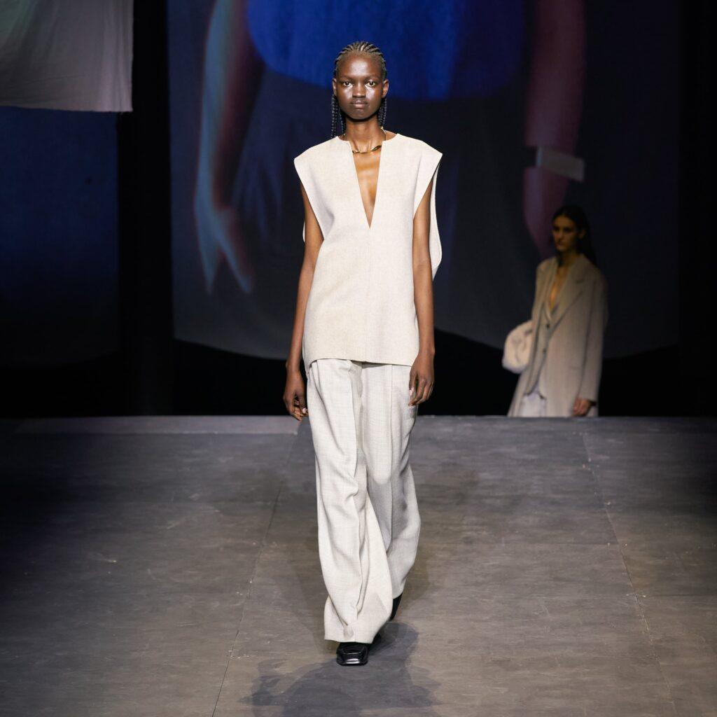 biały żakiet, pokaz mody, COS, total look, białe ubranie, komplet, białe spodnie, 2021