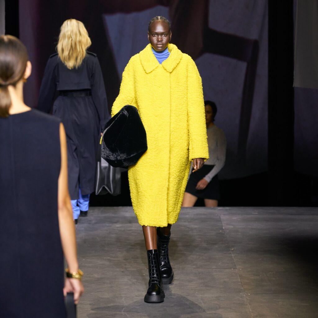 COS, żółty płaszcz, płaszcz baranek, czarne botki, botki, buty, trapery, masywne buty, torebka